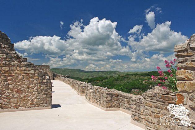 Castello di Laviano, panorama dal livello superiore (ph Gianfranco Adduci)