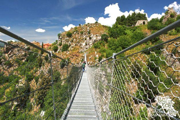 La Rupe dell'Olivella dal ponte tibetano di Laviano con il Castello medievale (ph Gianfranco Adduci)
