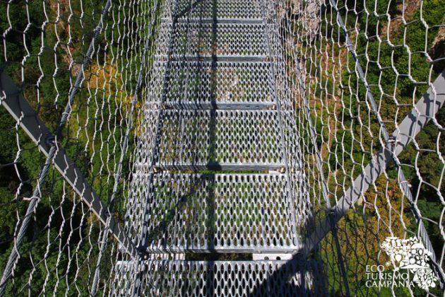 Ponte tibetano di Laviano, guardare attraverso (ph Gianfranco Adduci)