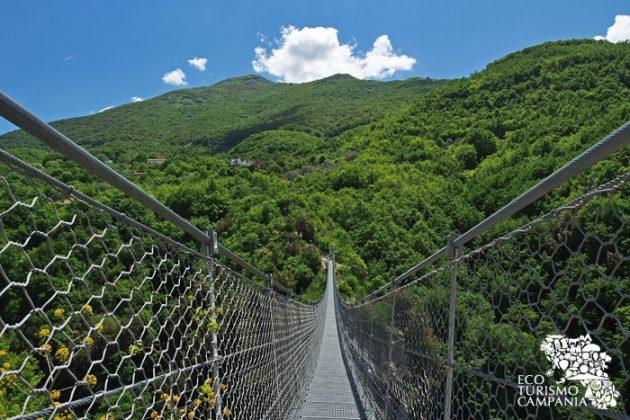 Panorama del monte Pennone dal ponte tibetano di Laviano (ph Gianfranco Adduci)