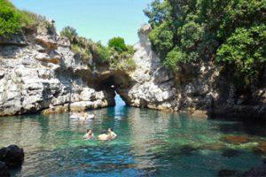 La laguna a Capo di Sorrento nota come Bagni della Regina Giovanna (flickr: Ken Mayer)