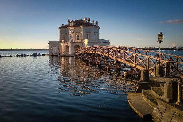 La Casina Vanvitelliana sul lago Fusaro, Bacoli ((foto-da-wikimedia.com, utente N i c o la)