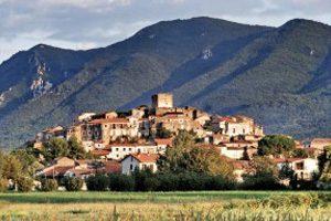 Il borgo di Pietramelara con il Monte Maggiore