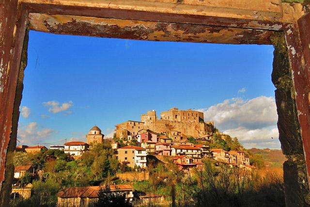 Panorama del borgo di Limatola con il Castello (foto di Gianfranco Vitolo)