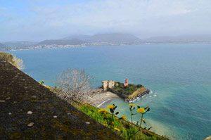 La spiaggia della fortezza a Baia