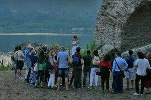 in visita al tempio di Apollo sulle rive del lago Averno