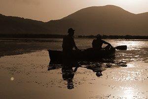 In canoa al tramonto sul Lago Matese