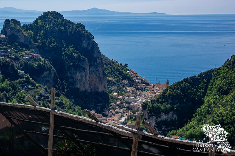 Panorama di Amalfi con la costa cilentana del Golfo di Salerno (ph Gianfranco Adduci)