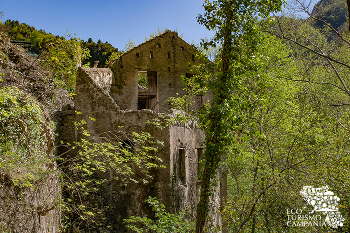 Ruderi della Cartiera Milano nella Valle dei Mulini ad Amalfi (ph Gianfranco Adduci)