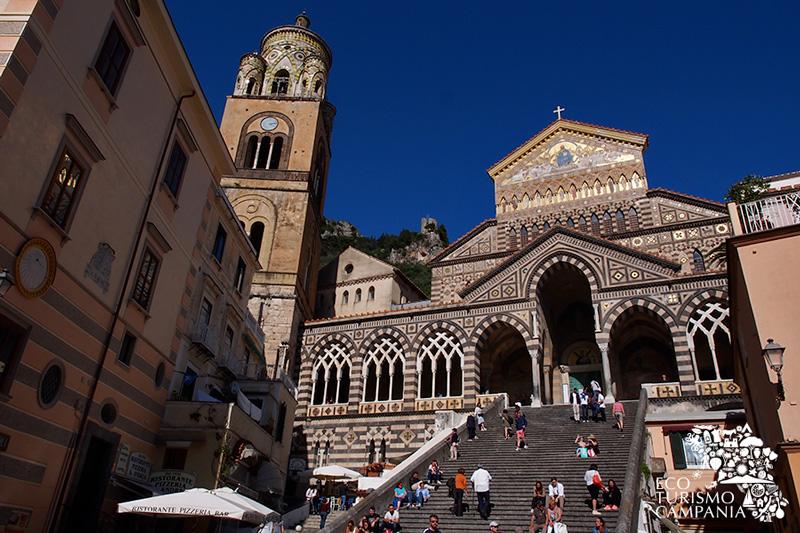 Facciata e scalinata della cattedrale di Amalfi (ph Gianfranco Adduci)