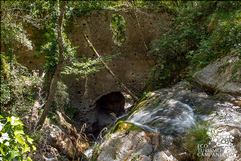 Una cascata che attraversa l'antica ferriera di Amalfi (ph Gianfranco Adduci)