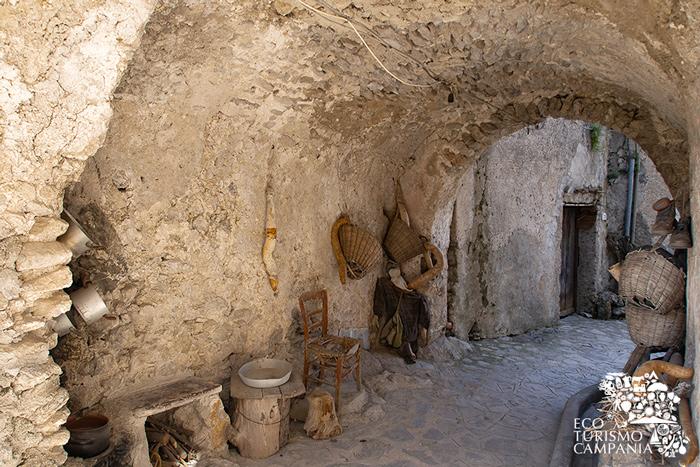 Supportico nel borgo di Pontone, frazione di Scala (ph Gianfranco Adduci)