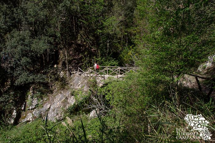 Ponte lungo il sentiero da Pontone di Scala alla Valle delle Ferriere (ph Gianfranco Adduci)