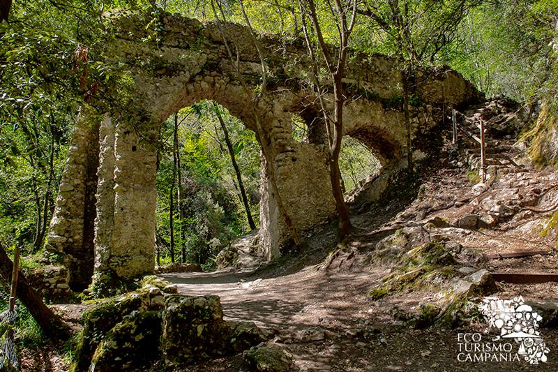 Arco e canale dell'antica Ferriera della Repubblica di Amalfi (ph Gianfranco Adduci)